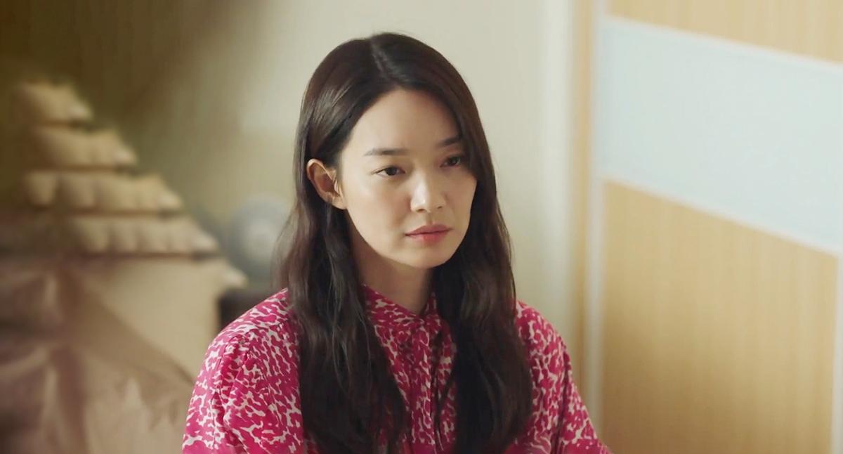 Mở màn tập ba, Shin Min Ah mặc sơ mi lụa dài tay họa tiết của Isabel Marant giá 1.200 USD (27 triệu đồng).