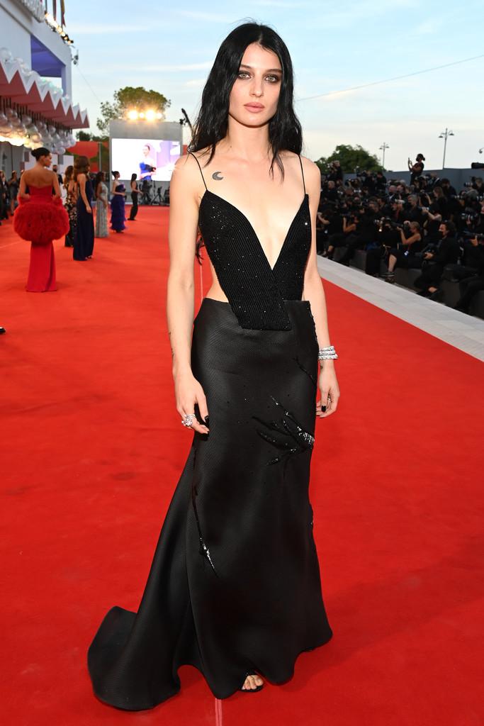 Diễn viên Italy - Alice Pagani - khoe dáng trong bộ đầm cut-out, kết hợp trang sức Bvlgari.