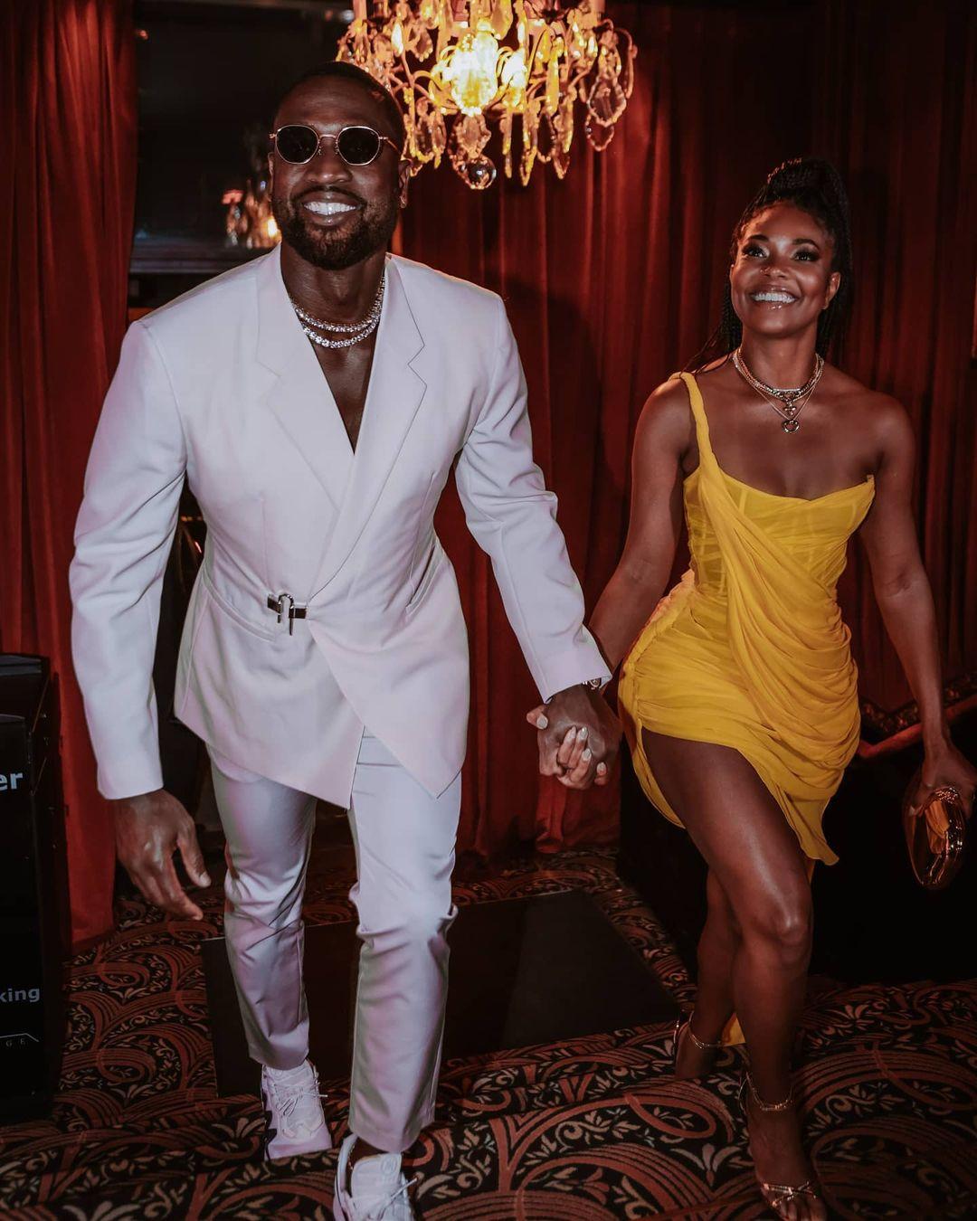 Gabrielle Union phối váy Công Trí với sandals ánh bạc.