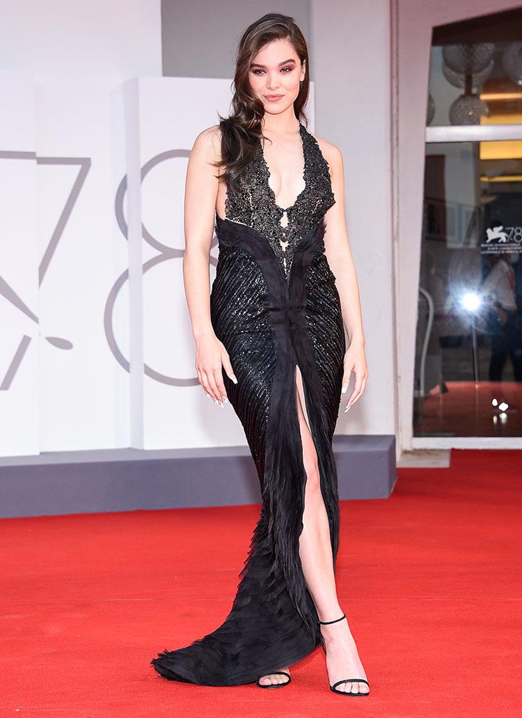 Ở buổi ra mắt Competencia Oficial, diễn viên Hailee Steinfeld chọn váy xẻ ngực, xẻ đùi từ bộ sưu tập Xuân Hè 2006 của nhà mốt Italy.