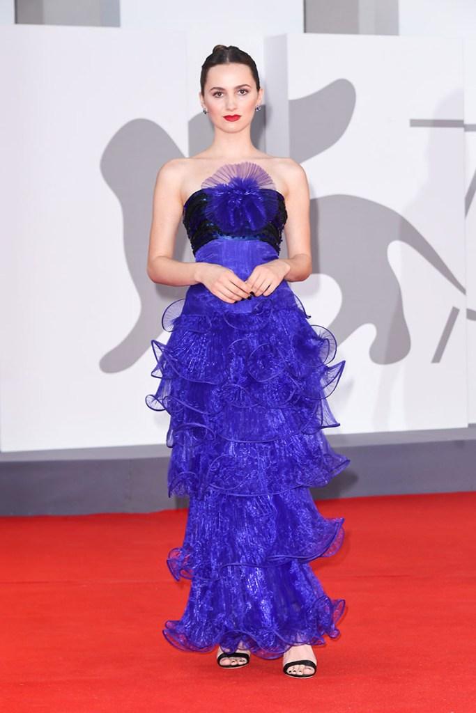 Diễn viên Maude Apatow diện đầm voan xanh navy thuộc bộ sưu tập Xuân Hè 2008. Ảnh: Vogue