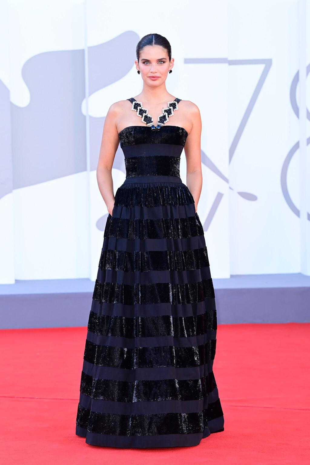 Người mẫu Sara Sampaio khoe vai trần với đầm cao cấp của Armani.