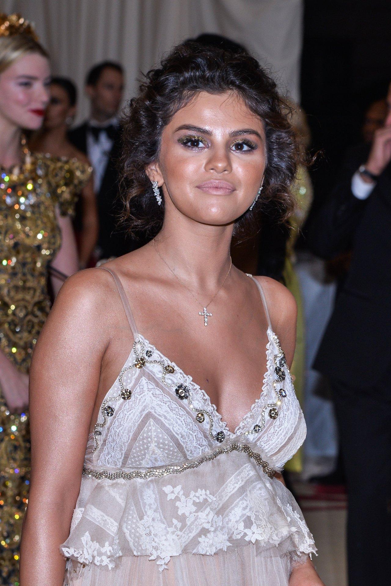 Làn da ngăm của Selena Gomez ở Met Gala 2018. Ảnh: Mega