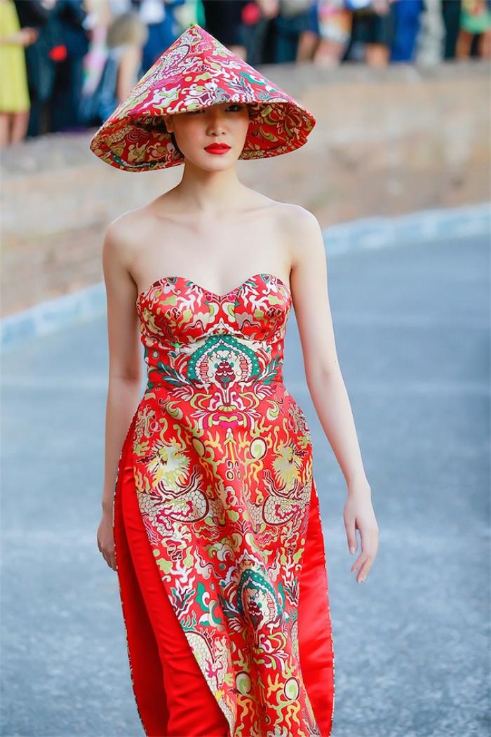Năm 2015, nhà thiết kế trình diễn bộ sưu tập áo dài cách điệu tại chương trình giao lưu văn hóa ở Rome, Italy. Thiết kế do hoa hậu Thùy Dung diện từng gây tranh cãi bởi kiểu dáng cúp ngực gợi cảm.