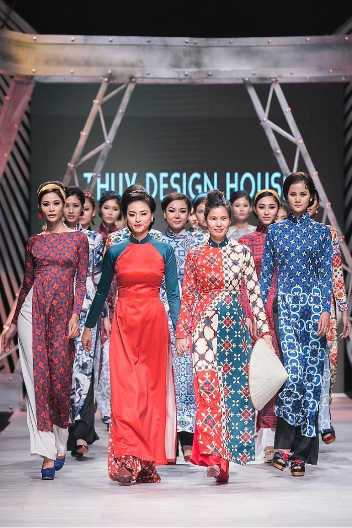 Mẫu áo dài hoa văn gạch bông trong phim cũng xuất hiện trên sàn diễn Vietnam International Fashion Week 2017. Nó cũng trở thành hoạ tiết gây sốt làng thời trang năm 2017-2018. Ảnh: VJFW