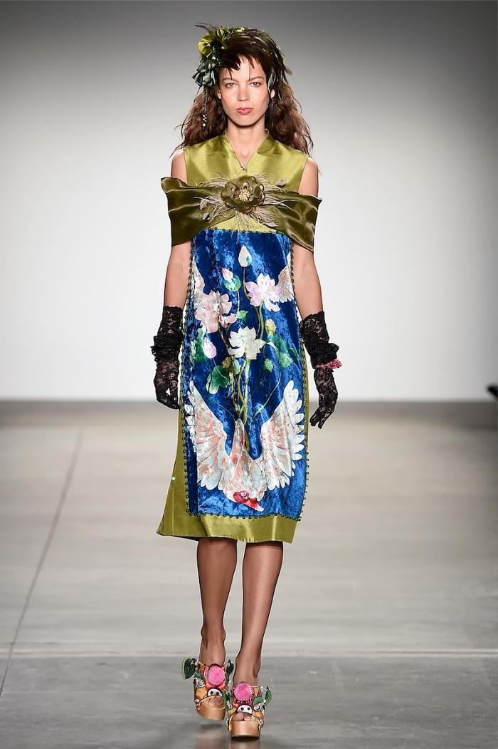 Tháng 9/2019, Thủy Nguyễn có hai buổi giới thiệu bộ sưu tập tại New York Fashion Week và Paris Fashion Week. Nhà thiết kế thể hiện sự giao thoa về văn hóa khi sử dụng những phom dáng, đường cắt cúp đơn giản của phương Tây trên nền gấm in hoa văn phương Đông. Ảnh: nhân vật cung cấp