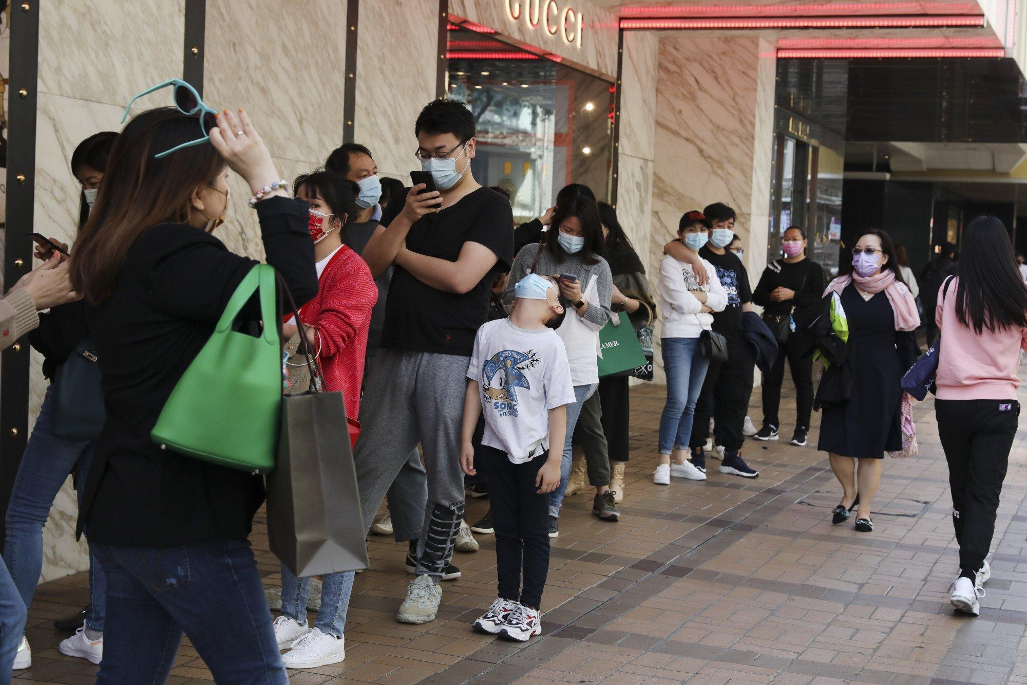 Khách xếp hàng chờ mua sắm ở cửa hiệu Gucci tại Harbour City hồi tháng 2. Ảnh: Nora Tam