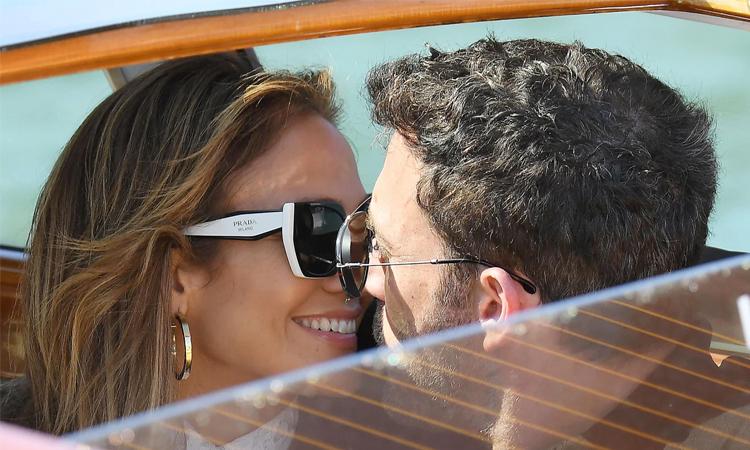 Jennifer Lopez (trái) và Ben Affleck trên một chiếc taxi nước ở Vencie. Ảnh: EPA-EFE