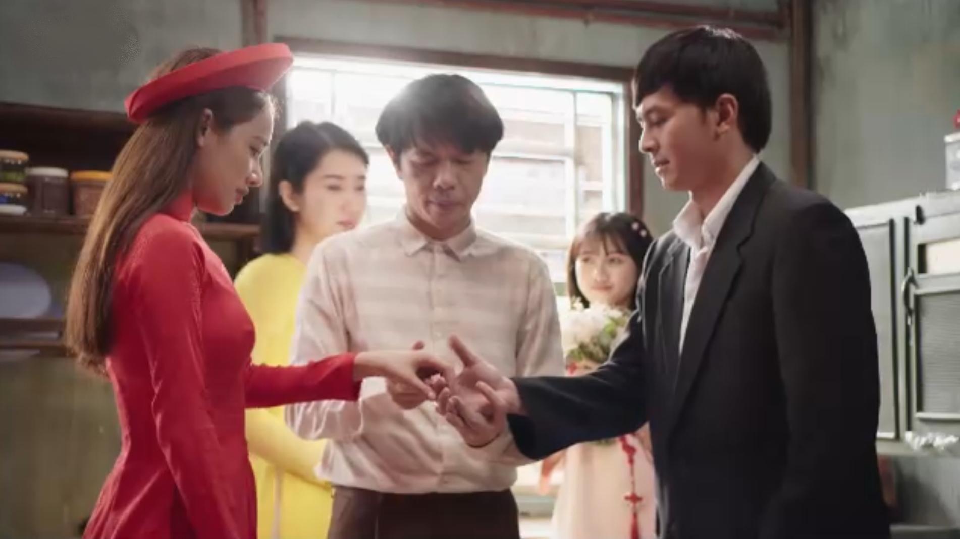 Báu (áo đỏ) và Quân (phải) được anh trai tổ chức hôn lễ. Ảnh: Vieon