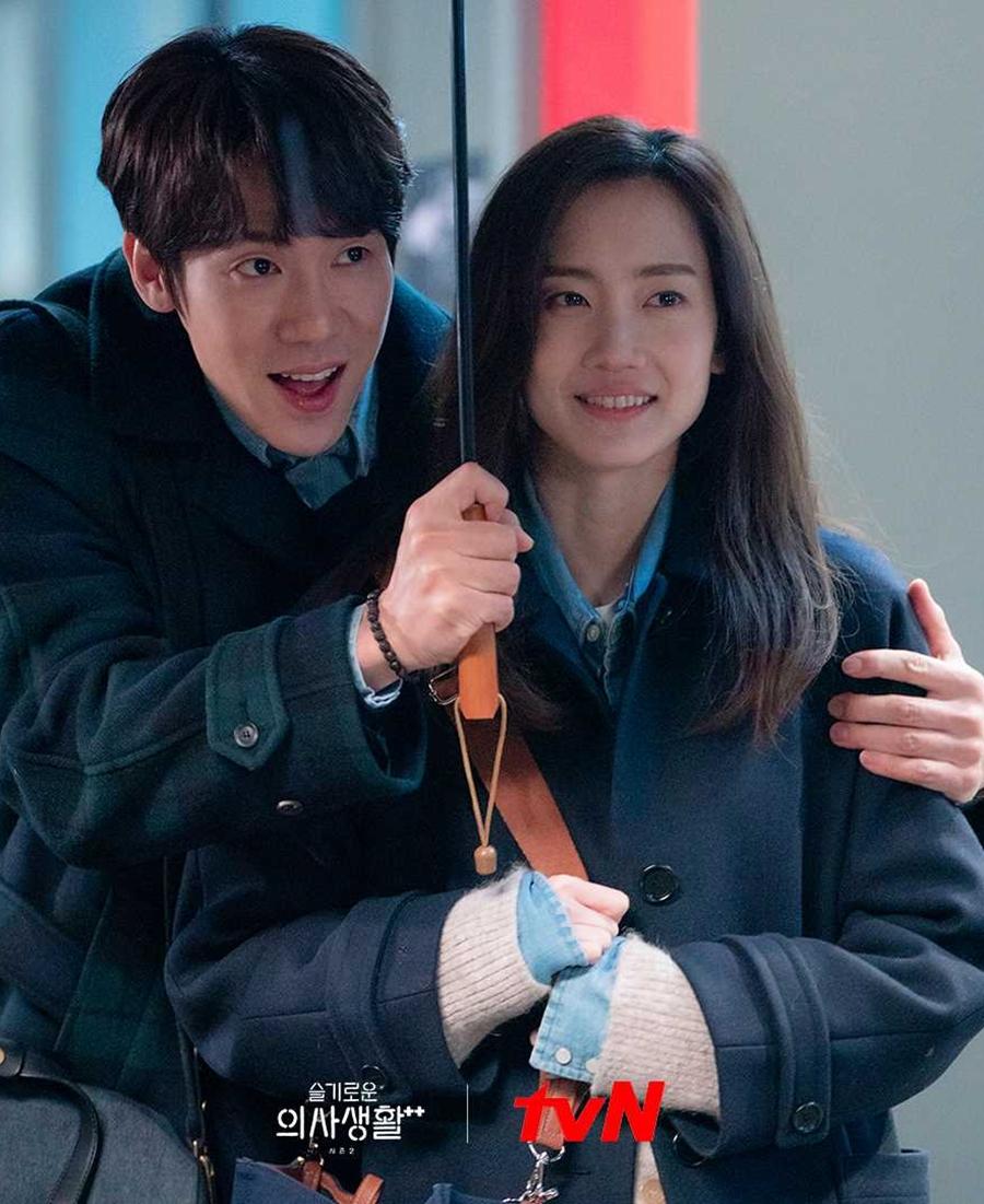 Phân cảnh Jung Won và Gyeo Wool ôm nhau đi dưới mưa được chia sẻ nhiều trên mạng xã hội. Ảnh: tvN