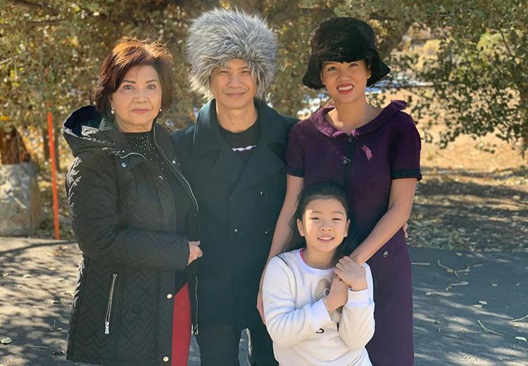 Dustin Nguyễn, Bebe Phạm bên mẹ anh và con gái lớn. Ảnh: Nhân vật cung cấp