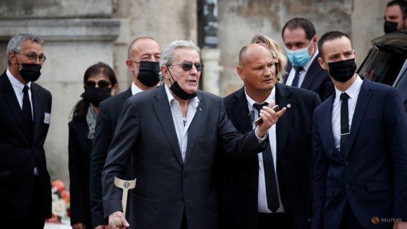 Alain Delon (chống nạng) tại lễ tang đồng nghiệp Jean-Paul Belmondo ở Paris hô 10/9. Ảnh: Reuters