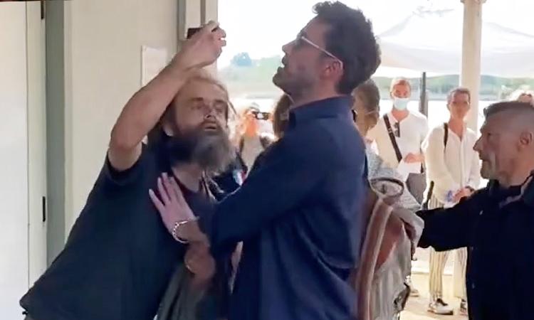 Ben Affleck và Jennifer Lopez bị fan cuồng làm phiền ở sân bay khi lên đường rời Venice. Ảnh: TheImageDirect.Com