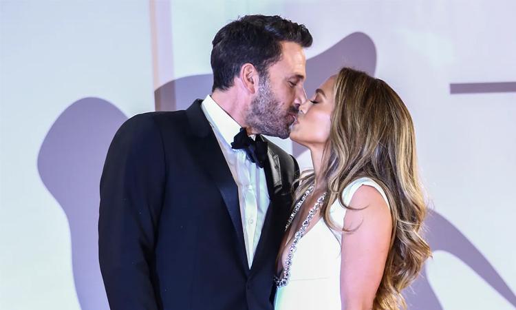 Ben Affleck và Jennifer Lopez hôn trên thảm đỏ Venice hôm 10/9. Ảnh: AP