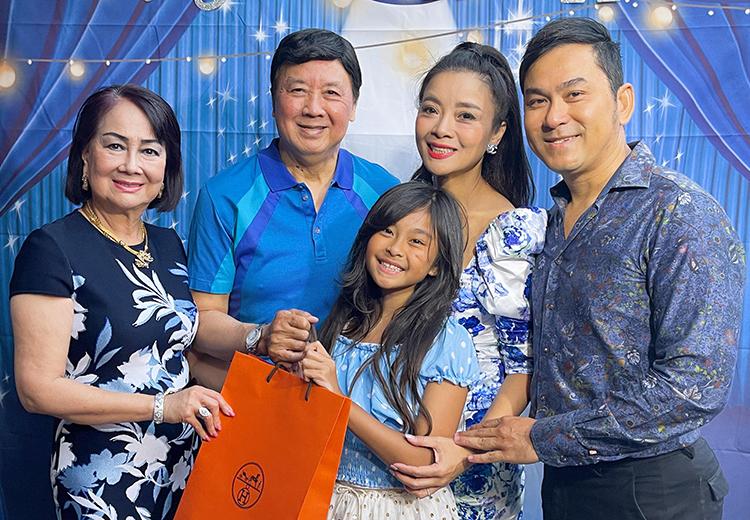 Nghệ sĩ Bảo Quốc bên vợ, con gái, con rể và cháu ngoại trong tiệc sinh nhật tuổi 72. Ảnh: Nhân vật cung cấp