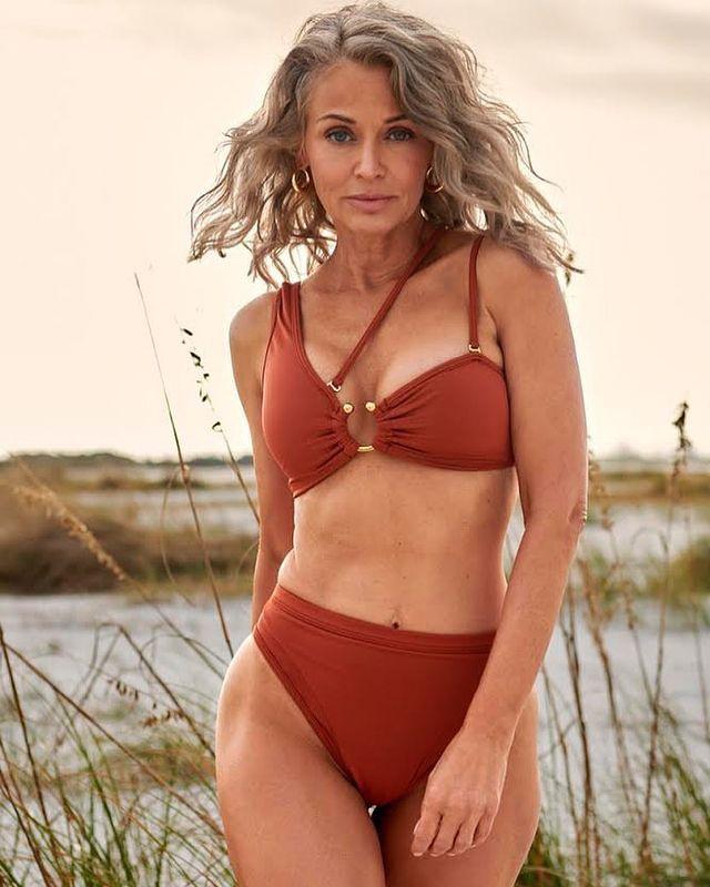 Kathy Jacobs là một trong những gương mặt được giới thiệu trên số đặc biệt của Sports Illustrated năm nay. Để chuẩn bị cho buổi chụp hình, Kathy vẫn tập luyện tại nhà trong thời gian giãn cách. Chỉ cao 1,6 mét nhưng Kathy thu hút nhờ sự tự tin, thân hình cân đối. Ảnh: SI