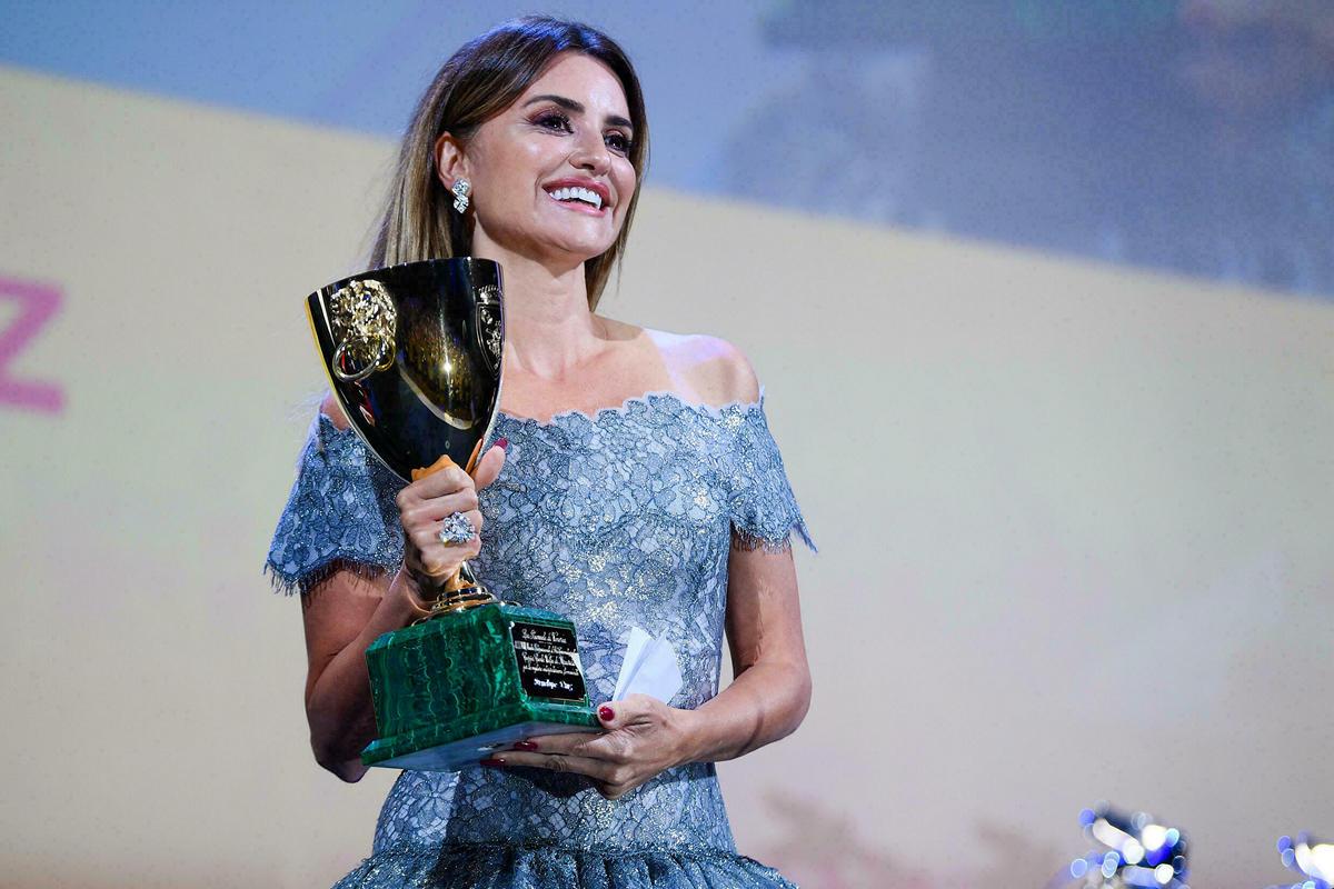 Penelope Cruz thắng giải Nữ diễn viên xuất sắc với phim Parallel Mothers. Ảnh: AFP