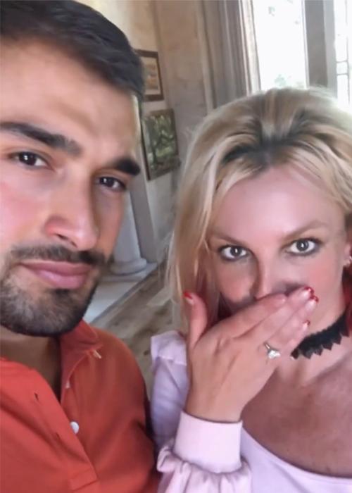 Britney Spears (phải) khoe nhẫn đính hôn bên bạn trai. Ảnh: Britney Spears Instagram