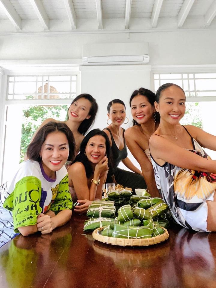 Khi có thời gian, hội chị em thường cùng nhau đi cafe trò chuyện, cùng nhau nấu các món ăn, gói bánh Việt.