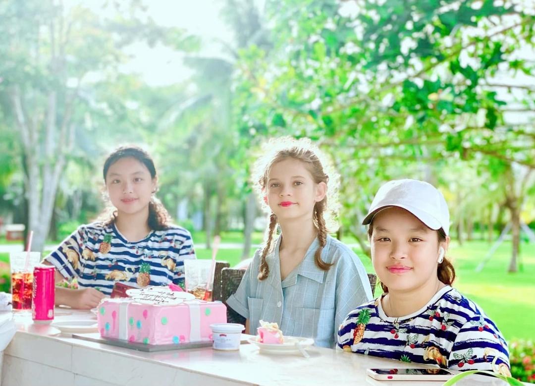 Các con Thúy Hạnh học online dưới sự kèm cặp của bố mẹ.