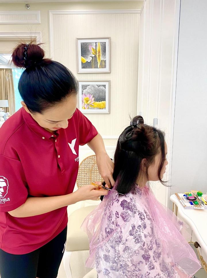 Cả gia đình Thúy Hạnh giữ suy nghĩ tích cực, xem việc bị kẹt lại là cơ hội để chăm sóc bản thân và con cái nhiều hơn. Ngược lại, cô cũng dạy các con kỹ năng nội trợ.