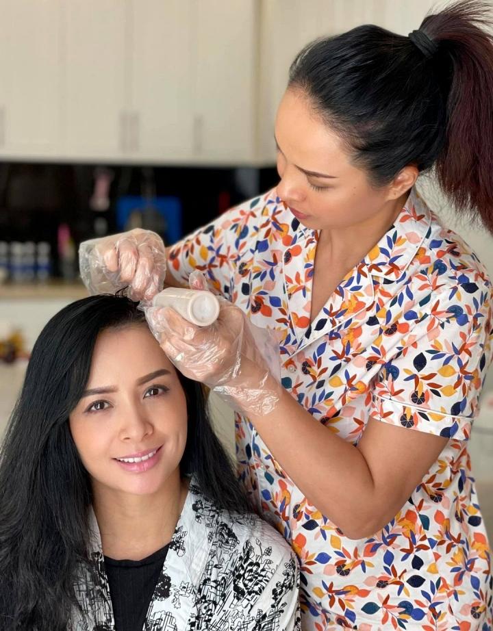 Các salon ở Phú Quốc đều đóng cửa, hai chị em tự nhuộm chân tóc cho nhau.