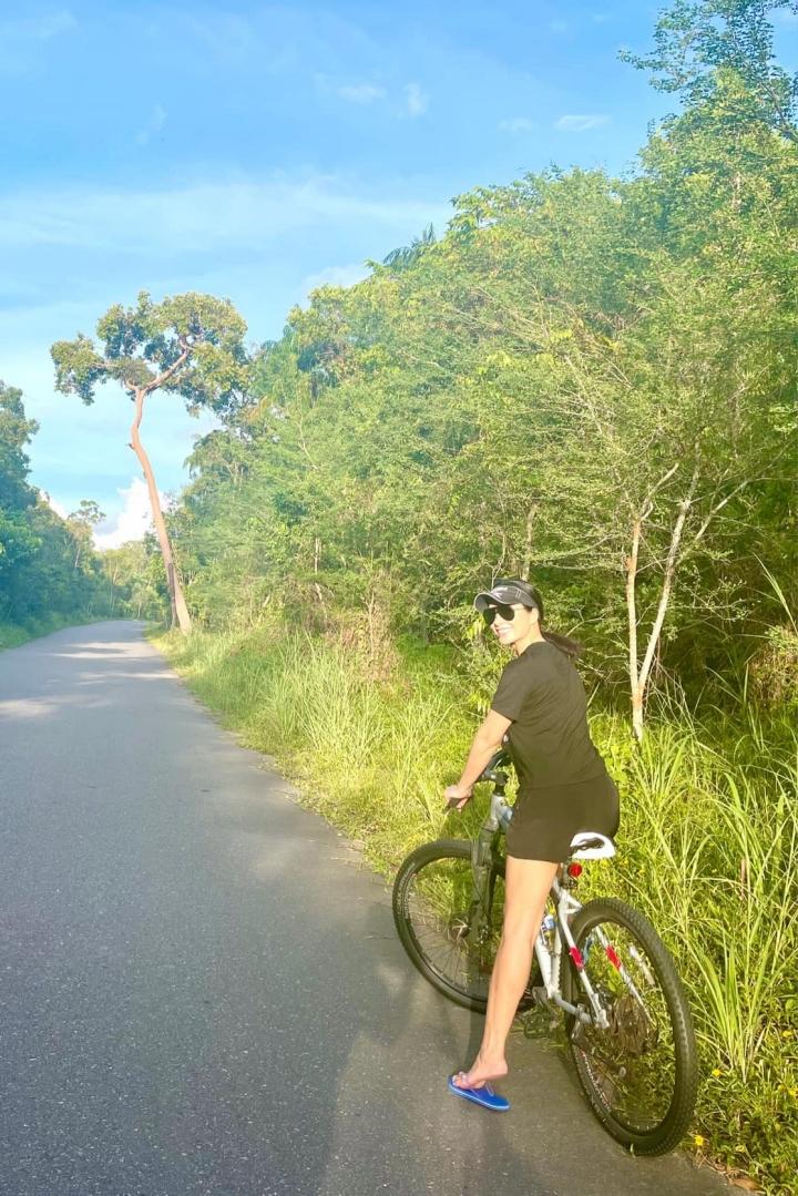 Ngoài thời gian chăm sóc gia đình, hai chân dài cũng chăm chỉ tập luyện thể thao, họ thường đạp xe, tập gym, đi bơi mỗi ngày. Thúy Hạnh cho biết nơi cô sống khá biệt lập, tất cả hoạt động cũng chỉ giới hạn trong khu vực cho phép, vì vậy cô rất yên tâm.