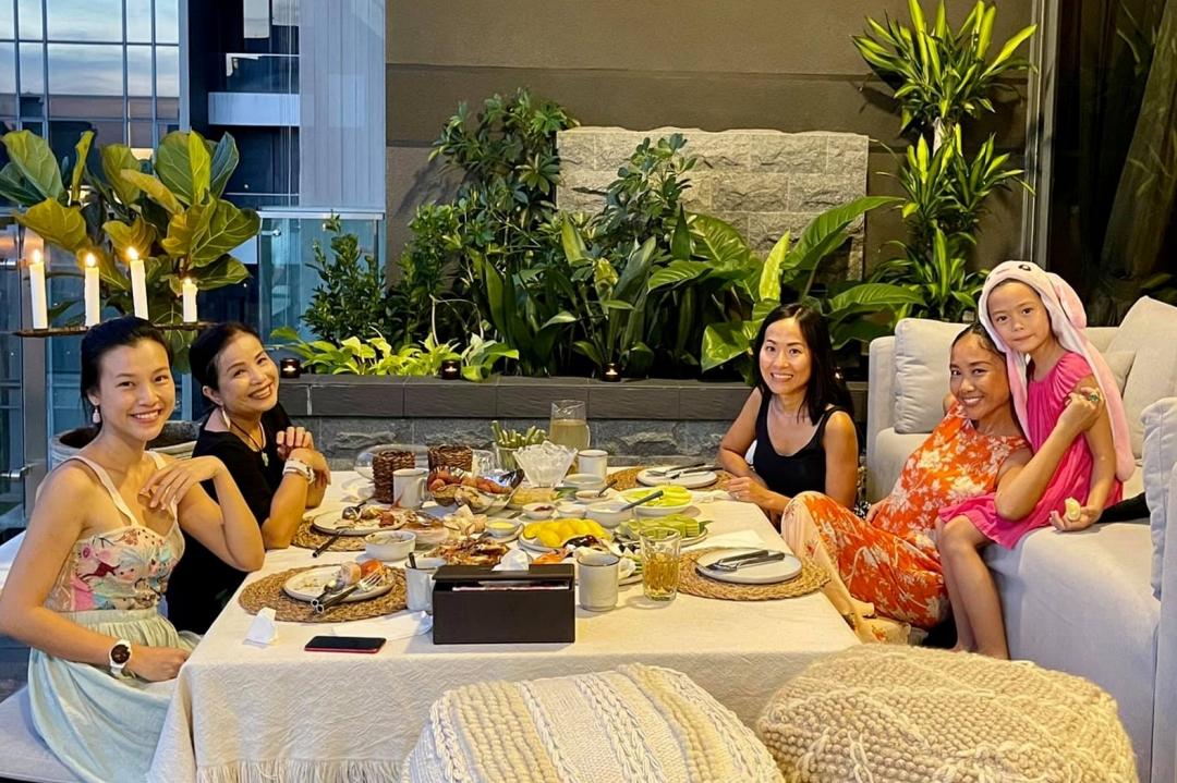Cũng sang Singapore định cư cùng chồng, ca sĩ Đoan Trang thường xuyên gặp gỡ, đưa các con đi chơi cùng Hoàng Oanh. Cả hai thường xuyên chia sẻ những khoảnh khắc thân thiết trên mạng xã hội.  Đoan Trang cho biết, cô thường đạp xe, chạy bộ mỗi ngày để tăng cường sức khoẻ và giữ tinh thần luôn vui tươi. Nữ ca sĩ cùng dành nhiều thời gian tự tay vào bếp và chăm sóc gia đình.  Con gái Đoan Trang cũng nhận được nhiều lời khen khi cùng mẹ thể hiện ca khúc Hôm nay mẹ trực đêm. Hai mẹ con tự quay clip, biểu diễn tại nhà ở Singapore khi tham gia một chương trình ca nhạc trực tuyến cổ vũ chống dịch.