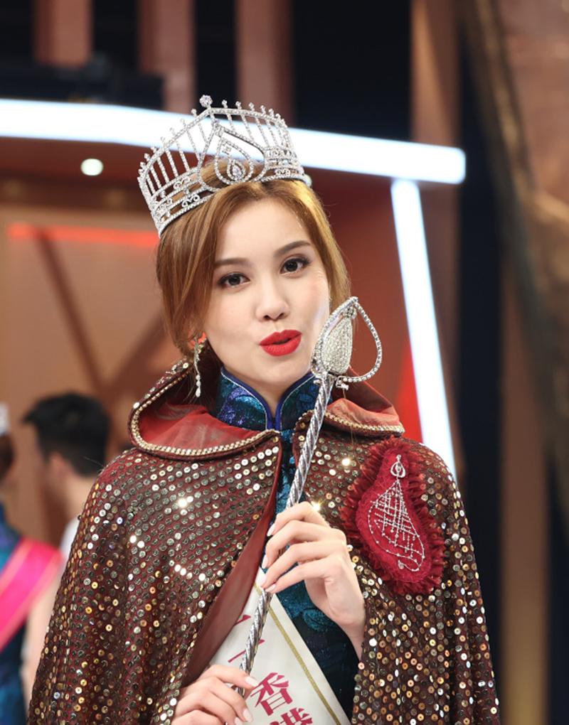 Cô còn đa tài, sở trường múa ballet, múa truyền thống Trung Quốc, múa Latin... Uyển Dĩnh lớn lên trong gia đình đơn thân, không liên lạc với cha. Mẹ cô là Văn Bảo Tuyết - Á hậu Miss Macau 1990.