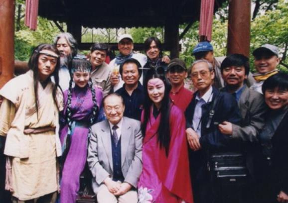 Nhà văn Kim Dung (ngồi) từng hai lần tới thăm trường quay. Ảnh: Sina