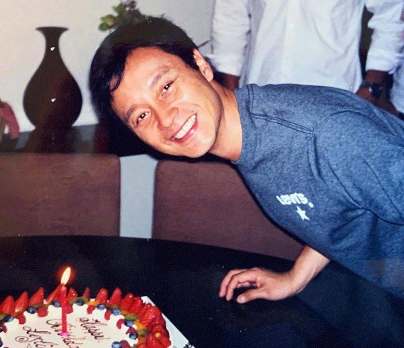 Trương Quốc Vinh thổi nến sinh nhật lần cuối cùng, năm 2002. Ảnh: Instagram/Dhttong