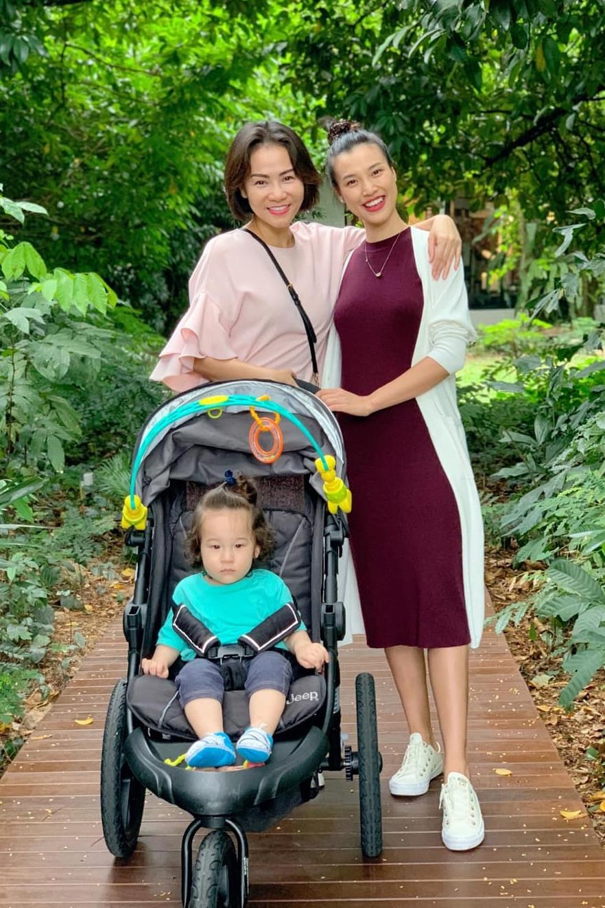 Hoàng Oanh dắt bé Max đi chơi công viên cùng Thu Minh.