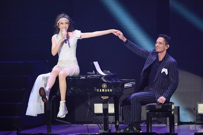 Mạc Văn Úy và chồng trong liveshow của cô ở Hong Kong tối 13/6. Sau đêm nhạc này, cô chỉ tổ chức buổi diễn nhỏ. Ảnh: 163.