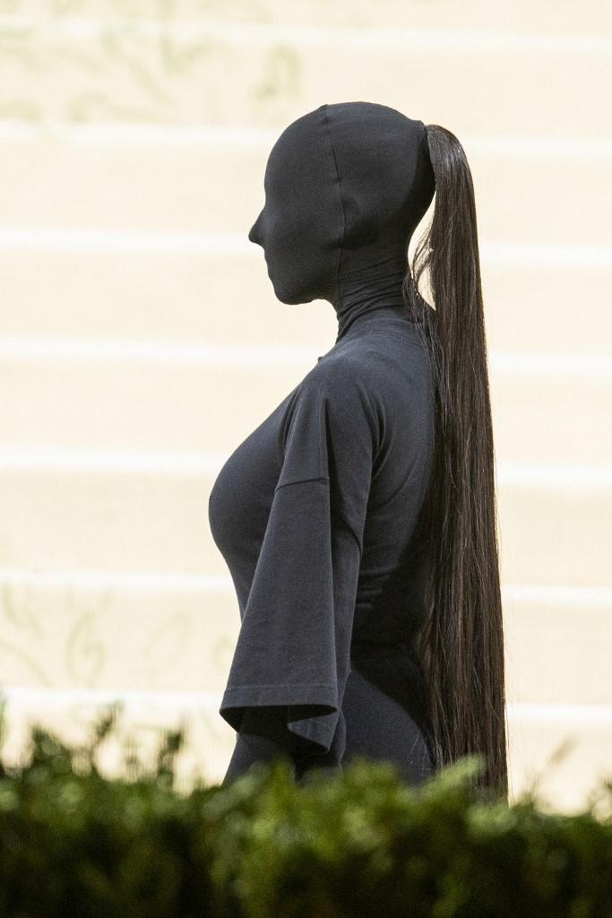 Kim Kardashian trùm kín trên thảm đỏ Met Gala 2021. Ảnh: AFP