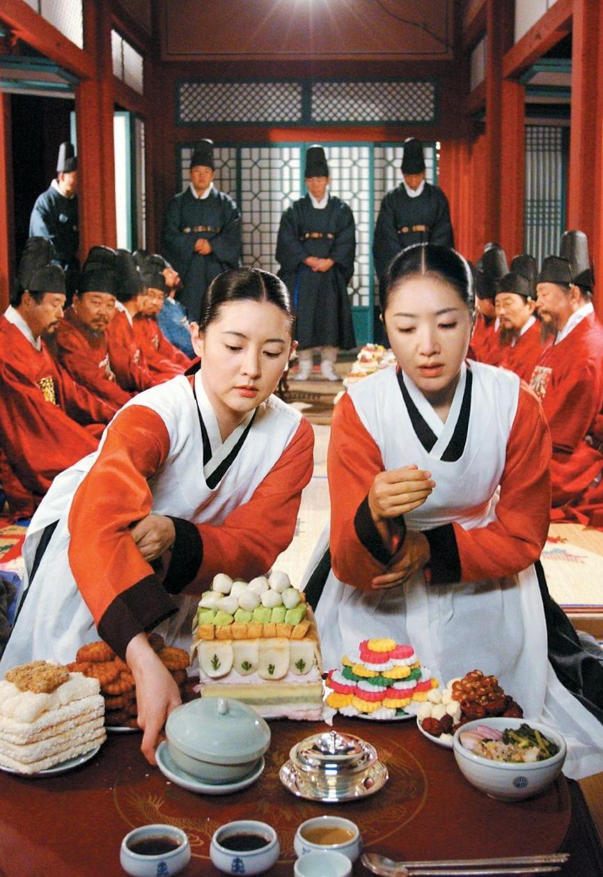 Cảnh Jang Gem thi nấu ăn cùng cung nữ Choi Geum Young (Hong Ri Na) - nhân vật phản diện trong phim. Ảnh: MBC