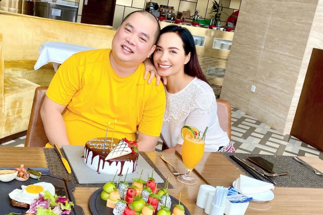 Dù ở xa, Thúy Hạnh vẫn giữ truyền thống tổ chức sinh nhật cho ông xã vào sáng sớm (27/8). Sau khi chúc mừng bố, các con về phòng để bắt đầu học online.