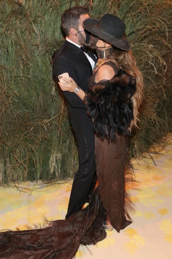 Ben Affleck hôn Jennifer Lopez bên bụi lau. Ảnh: Vogue