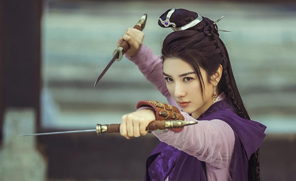 Nhờ thực lực diễn xuất, Huỳnh Dịch đóng phim đều đặn. Tháng trước, cô ra mắt Thiên Long Bát Bộ, vai Tần Hồng Miên.