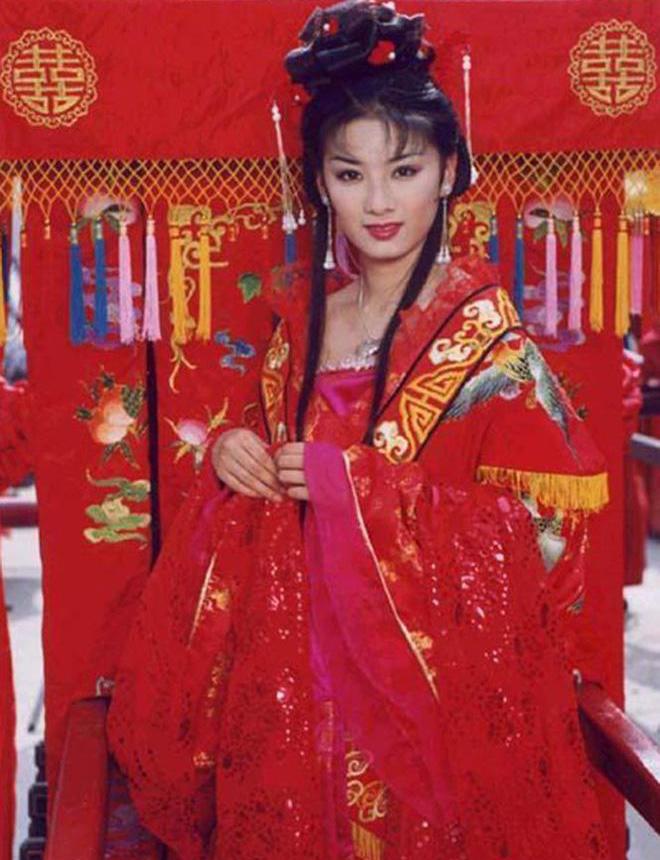 Huỳnh Dịch nổi tiếng từ phim đầu tay - Lên nhầm kiệu hoa được chồng như ý, ra mắt năm 2001. Cô còn được yêu thích qua các tác phẩm như Hoàn Châu cách cách 3, Phong Vân 2, phim truyền hình Ngọa hổ tàng long...