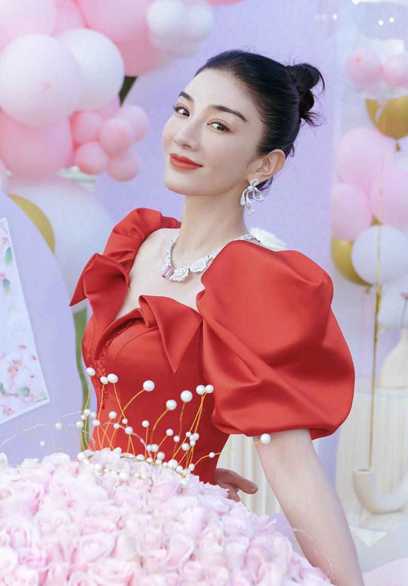 Ngày 14/9, diễn viên Trung Quốc đăng trên trang cá nhân ảnh chụp nhân sinh nhật (13/9), cho biết đây là dịp để cô ngẫm lại một năm qua. Năm nay, tôi không còn sợ hãi tuổi ngày một tăng, bởi vì tuổi đẹp nhất không phải 18 mà là hiện tại. Sống ở thời đại này thật hạnh phúc. Chỉ cần bạn luôn tiến bộ, cuộc sống sẽ ban ngọt ngào cho bạn.