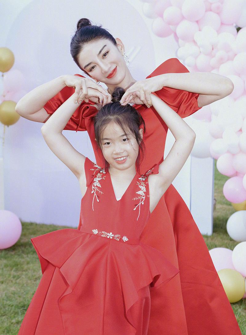 Huỳnh Dịch diện váy đôi cùng con gái với chồng cũ - Hoàng Nghị Thanh.