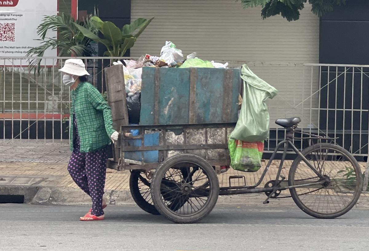 Bà Ánh - mẹ diễn viên Tân Trề - đi thu gom rác. Ảnh: Nhân vật cung cấp