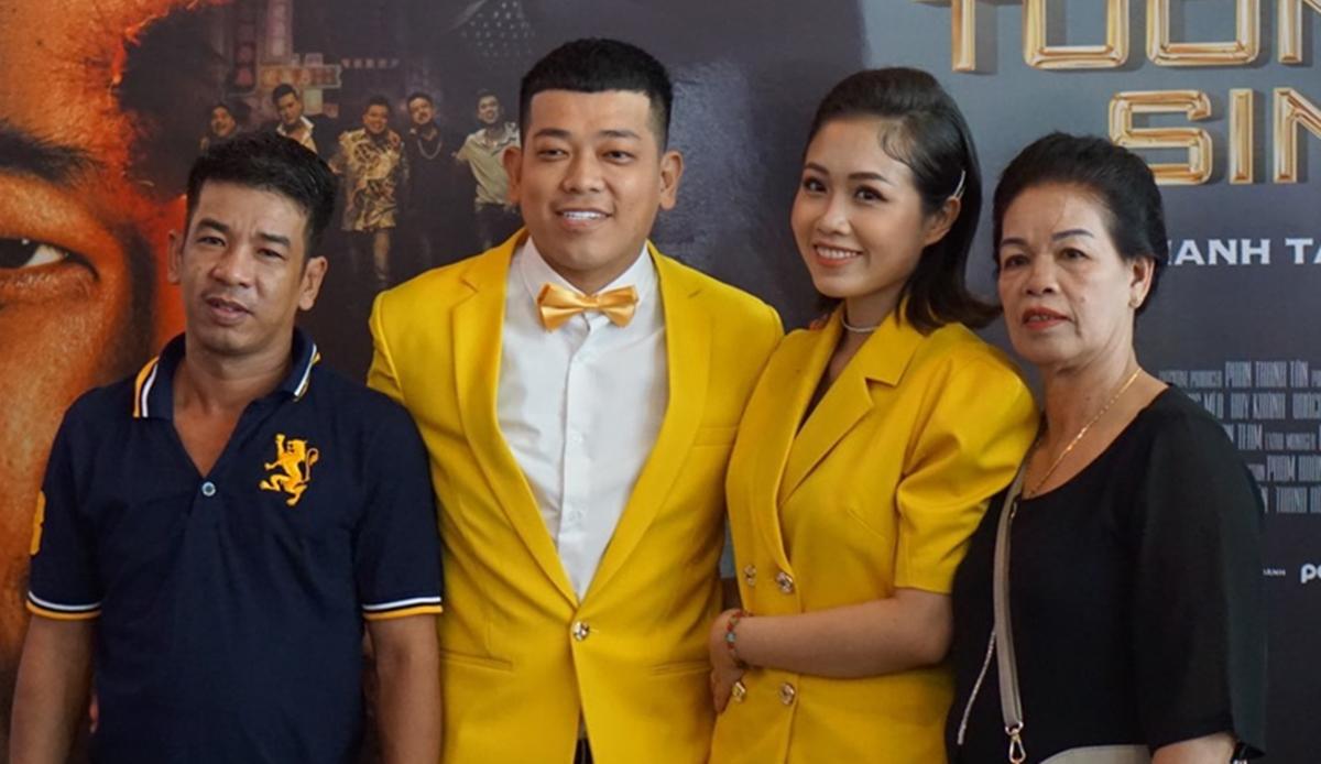 Diễn viên Tân Trề (vest vàng) bên mẹ (phải), vợ (áo vàng) và anh trai. Ảnh: Nhân vật cung cấp