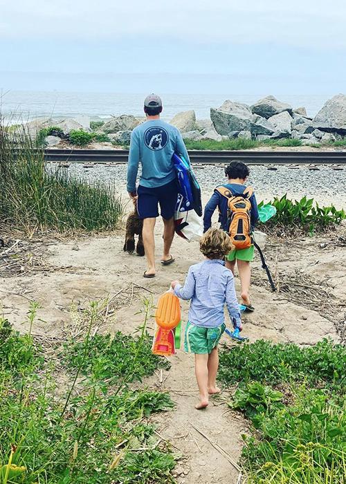 Mason Morfit đưa hai con trai của Brewster đi câu cá hồi tháng 5. Ảnh: Jordana Brewster Instagram