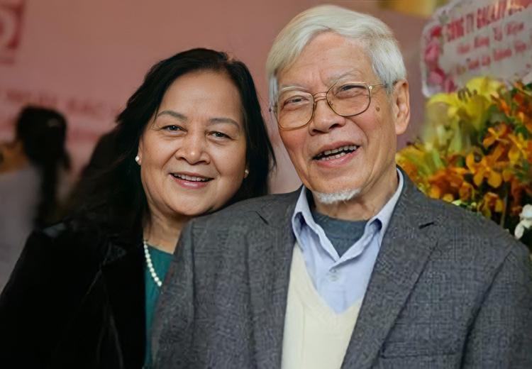 Vợ chồng nghệ sĩ Ngô Mạnh Lân trong dịp kỷ niệm 65 năm ngành điện ảnh cách mạng Việt Nam, năm 2018. Ảnh: Lưu Thảo
