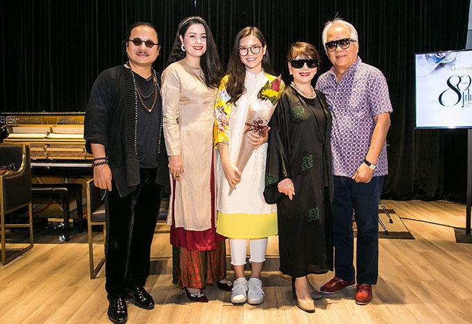 Vợ chồng ca sĩ Trịnh Vĩnh Trinh (trái) và vợ chồng Trần Mạnh Tuấn (phải) trong buổi ra mắt MV mới của An Trần - con gái Trần Mạnh Tuấn năm 2019. Ảnh: Nhân vật cung cấp