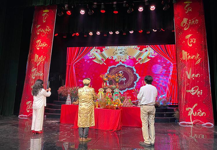 Tại Hà Nội, các nghệ sĩ làm lễ cúng tổ tại Nhà hát Tuổi trẻ, giới hạn lượng người tham gia vì giãn cách.