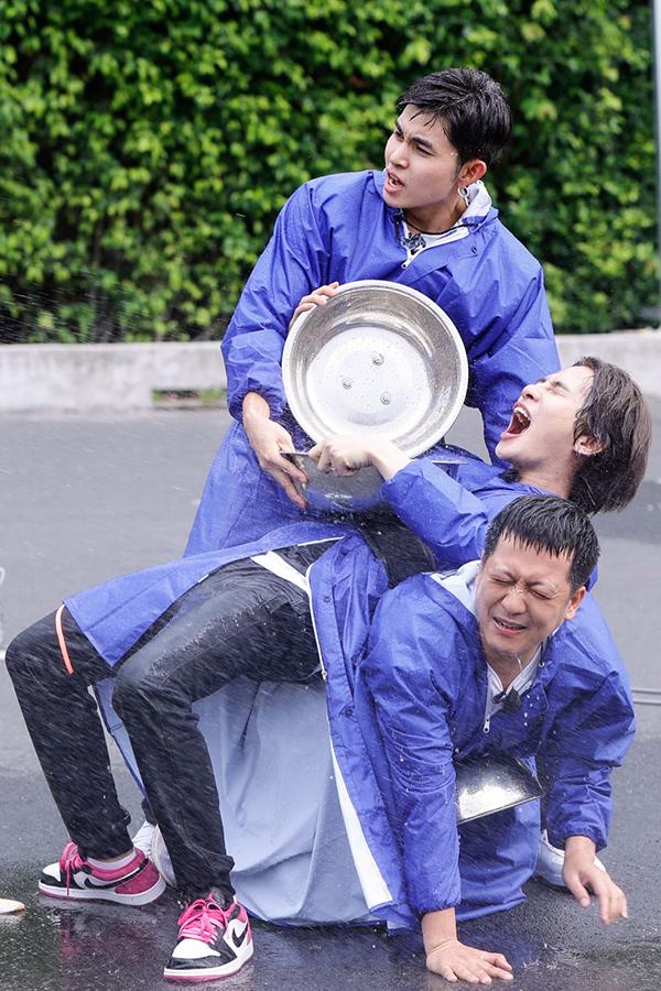 Jack (giữa) bên Trường Giang (dưới) và Jun Phạm trong phần thi giải cứu thành viên mới của tập một. Ảnh: Đông Tây