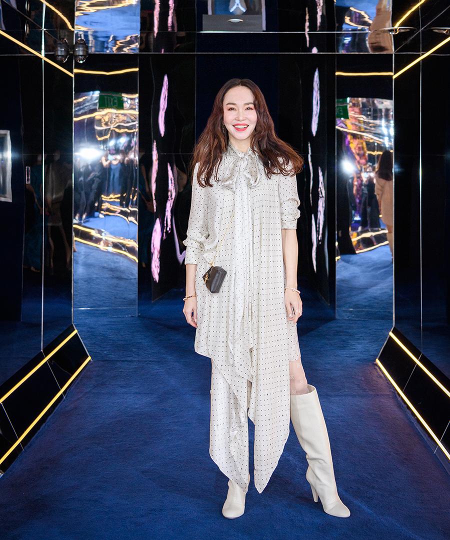 Diễn viên Thần điêu đại hiệp ít đóng phim song thường xuyên tham gia sự kiện của các thương hiệu thời trang. Hồi tháng 8, cô dự triển lãm của một hãng trang sức.