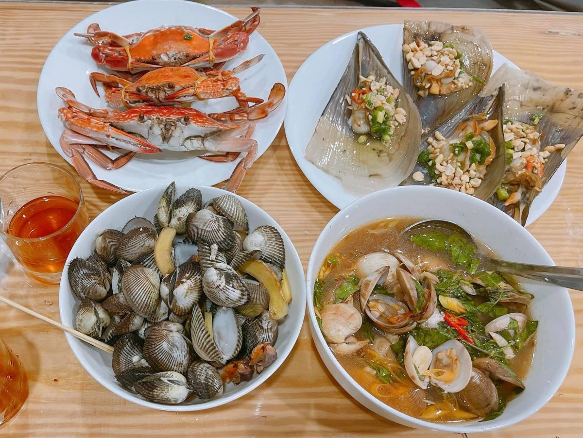 Khánh Vy vào bếp nấu nướng cho Phan Mạnh Quỳnh thưởng thức. Ảnh: Facebook Huỳnh Khánh Vy